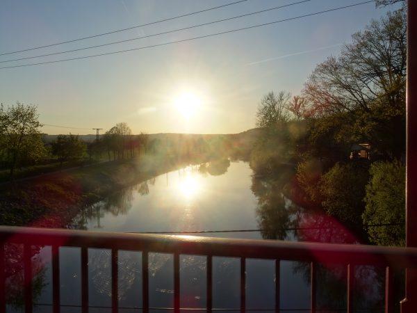 Blick von der Hennebrücke auf die Saale bei Sonnenuntergang, dem Ende des Unstrutradweges